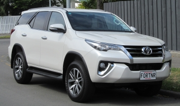 Toyota Fortuner rơi từ tầng 3